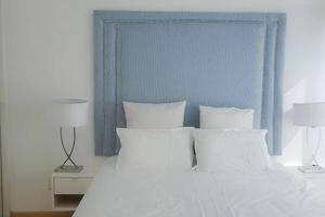 A bed or beds in a room at Lagoon Beach Apartment