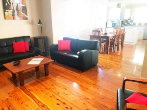 A seating area at 4 bedroom house - Walk to Southbank