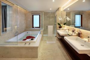 Ein Badezimmer in der Unterkunft Royal Kamuela Villas & Suites at Monkey Forest Ubud