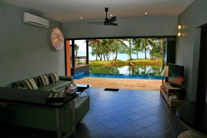 A view of the pool at Tha Lane Bay Villas or nearby