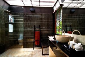 A bathroom at Tha Lane Bay Villas