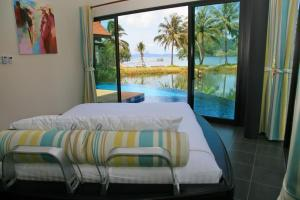 A bed or beds in a room at Tha Lane Bay Villas