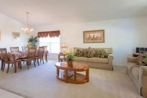 Uma área de estar em Doorway to Disney 2613 Emerald Island Boulevard