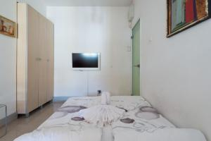 A bed or beds in a room at Paradise Apartment