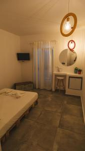 A bed or beds in a room at Manthos Place