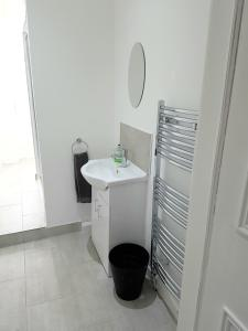 A bathroom at Dragon - Whitecrook Apartment 2 Bedroom Home