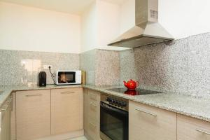 A kitchen or kitchenette at Apartamento Barcelona A