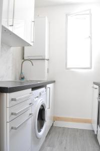 A kitchen or kitchenette at Knightsbridge 1 Bedroom Flat