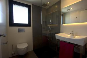 A bathroom at InmoSantos Apartaments Nuria