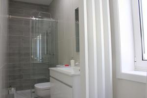 A bathroom at Vivenda Mendes 2