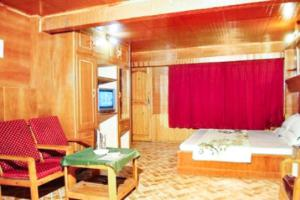 A television and/or entertainment center at Boutique room in The Mall, Manali, by GuestHouser 10877
