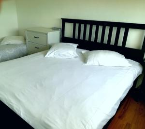 A bed or beds in a room at Apart 75m2 - 2 rooms - Parking