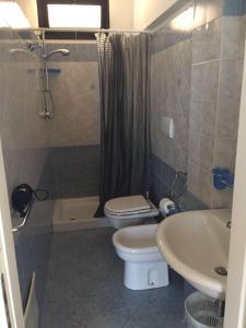 A bathroom at Appartamenti Barrabisa