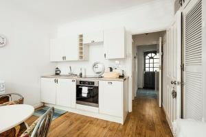 A kitchen or kitchenette at New Super 1 Bedroom Flat in the Heart of Greenwich