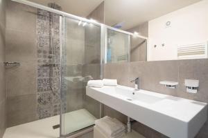 A bathroom at Carapelli Apartments