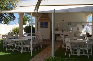 A restaurant or other place to eat at Apartamento Luxuoso em Canoa Quebrada