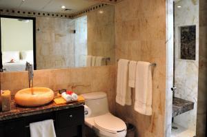 A bathroom at El Taj Oceanfront and Beachside Condo Hotel