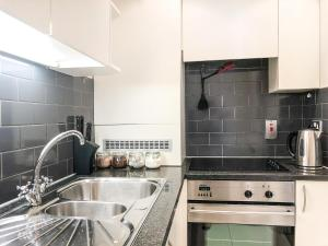 A kitchen or kitchenette at Luxury stay Oxford street