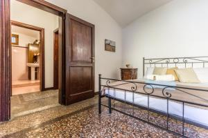 A bed or beds in a room at San Mamolo Retreats
