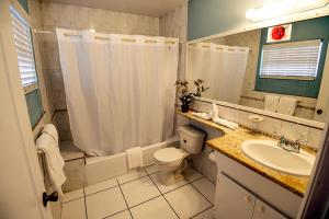 A bathroom at Buttonwood Apartment