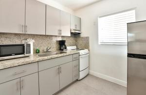 Küche/Küchenzeile in der Unterkunft Krymwood Flats Wynwood