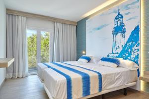 A bed or beds in a room at Sol Bahía Ibiza Suites
