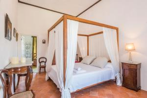 A bed or beds in a room at Finca Biniagorra Nou
