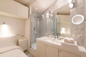 A bathroom at LUXURY LOFT in Paris - Canal Saint-Martin