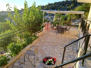 A balcony or terrace at Plagia's Sunset Apartments