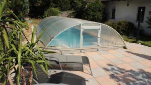 Der Swimmingpool an oder in der Nähe von Holiday House Nespeky
