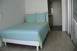 A bed or beds in a room at Le Bateau sur Seine