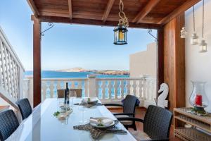Un restaurante o sitio para comer en Atico dúplex en Playa de Tufia