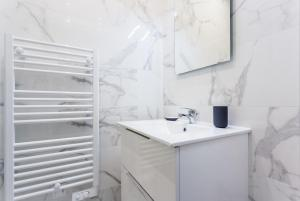 A bathroom at CMG Bastille/ Voltaire II