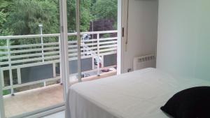 En eller flere senge i et værelse på Apple Apartment