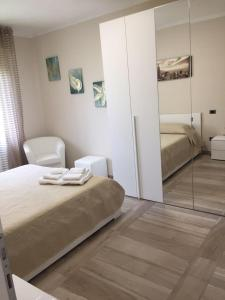 A bed or beds in a room at Casa Giovanna forte dei marmi