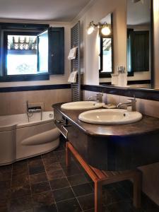 A bathroom at La Casetta Sicilian Cottage