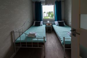 A bed or beds in a room at Beżowe Love