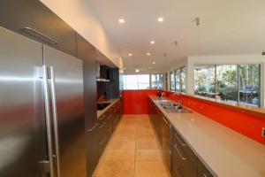 A kitchen or kitchenette at Pelican Escape Executive Home at Raffertys Resort