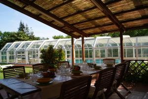 A restaurant or other place to eat at Queen Villa