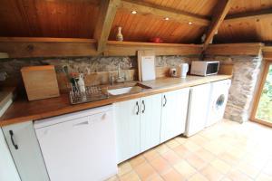 A kitchen or kitchenette at Bentwitchen Barn Cottage