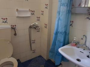 Ένα μπάνιο στο Villa Ourania
