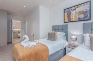 A bed or beds in a room at Ari Apartments - Wembley Stadium