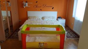 A bed or beds in a room at Garden Apartment Donau-City (P&R)