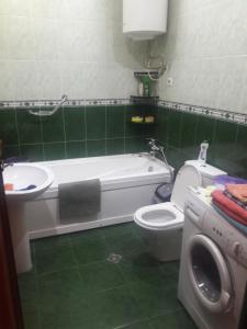 A bathroom at kvartira12