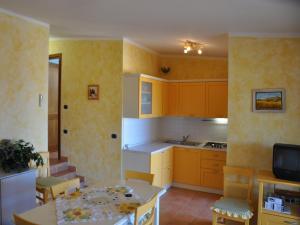 A kitchen or kitchenette at Appartamento gigliola