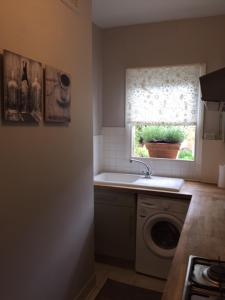 A kitchen or kitchenette at Perfect 2 Bedroom Flat Shepherds Bush W12