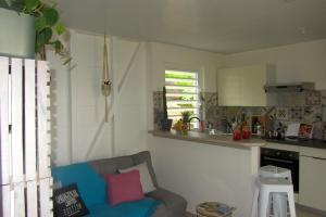 A kitchen or kitchenette at Or bleu-Bungalow volcan Soufriere-Vue sur mer