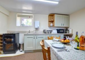 A kitchen or kitchenette at Cesail y Coed