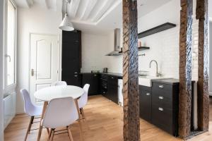A kitchen or kitchenette at Louvre Apartment