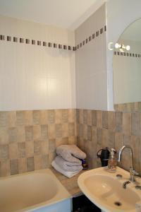 A bathroom at Welkeys - Buzenval Apartment